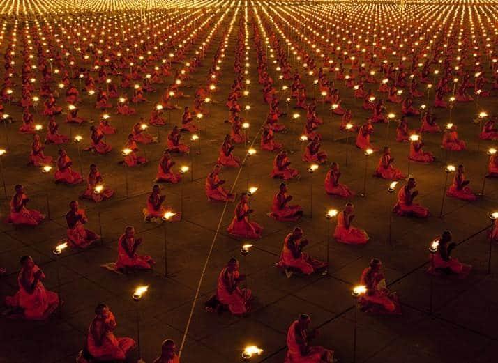 Foto van 100.000 mediterende monniken voor een betere wereld.