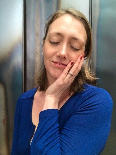 Foto van Suzanne Lommers met ogen dicht en haar hoofd leunt op haar linker hand. Ze is innerlijk rustig ondanks stress die ze in haar leven heeft gekend