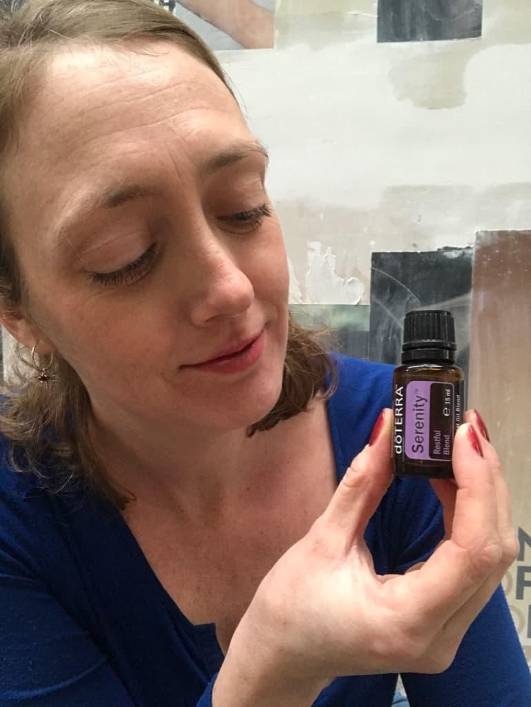 Suzanne Lommers is een gecertificeerd doterra wellness advocate. Ze houdt op deze foto een flesje serenity essentiële olie vast